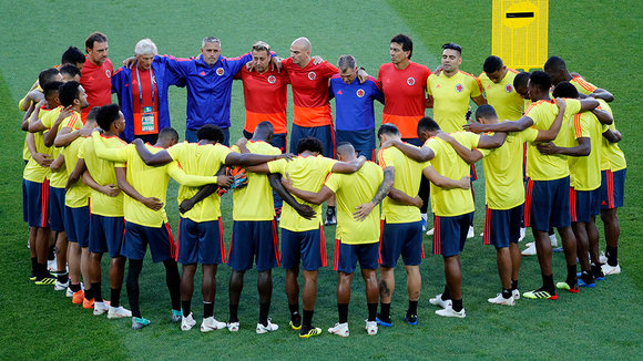 FT01. Moscow (Russian Federation), 02/07/2018.- Colombia's team get together at the beginning of a training session in Moscow, Russia, 02 July 2018. Colombia will face England in the FIFA World Cup 2018 round of 16 soccer match on 03 July 2018. (Mundial de Fútbol, Moscú, Inglaterra, Rusia) EFE/EPA/FELIPE TRUEBA