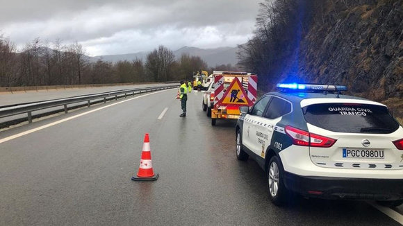 La Guardia Civil atiende el accidente de un camión en la A-15. GUARDIA CIVIL