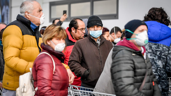23 February 2020, Italy, Casalpusterlengo: People with surgical masks queue in front of a supermarket for supplies in an area where the spread of the coronavirus has been detected. Photo: Claudio Furlan/LaPresse via ZUMA Press/dpa ONLY FOR USE IN SPAIN