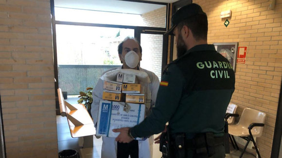 Entrega de guantes a la Guardia Civil en Navarra GUARDIA CIVIL