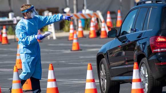 04 April 2020, US, Palmdale: A health worker wearing protective suit works at a new coronavirus (COVID-19) drive through testing centre at the Antelope Valley Mall. Photo: Hans Gutknecht/Orange County Register via ZUMA/dpa ONLY FOR USE IN SPAIN  04 April 2020, US, Palmdale: A health worker wearing protective suit works at a new coronavirus (COVID-19) drive through testing centre at the Antelope Valley Mall. Photo: Hans Gutknecht/Orange County Register via ZUMA/dpa  4/4/2020 ONLY FOR USE IN SPAIN
