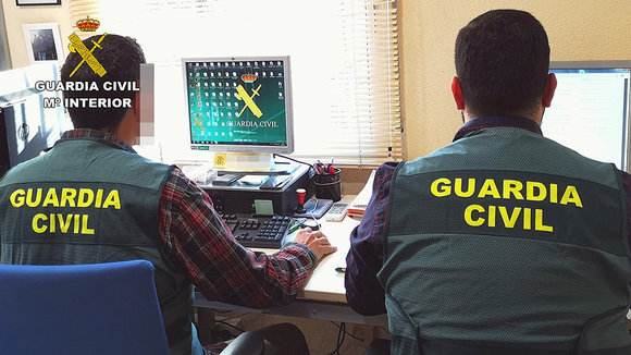 Agentes de la Guardia Civil durante una investigación. Europa Press.