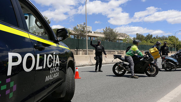 Policía local realiza un control de carretera. Europa Press.