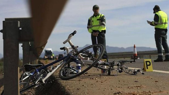 Accidente de un ciclista en una carretera GUARDIA CIVIL
