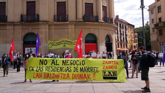Concentración de LAB en Pamplona para pedir uan red de residencias públicas. - LAB. Europa Press.