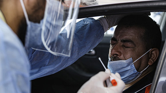 16 June 2020, Egypt, Cairo: A health worker takes a swab sample from a man at a drive-through coronavirus (COVID-19) testing unit inside the parking lot of Ain Shams University Specialized Hospital. Egypt has set up its first drive-through coronavirus testing centre in an effort to make it easier for people to get tested amid the spread of the coronavirus pandemic. Photo: Adel Eissa/dpa ONLY FOR USE IN SPAIN  16 June 2020, Egypt, Cairo: A health worker takes a swab sample from a man at a drive-through coronavirus (COVID-19) testing unit inside the parking lot of Ain Shams University Specialized Hospital. Egypt has set up its first drive-through coronavirus testing centre in an effort to make it easier for people to get tested amid the spread of the coronavirus pandemic. Photo: Adel Eissa/dpa  16/6/2020 ONLY FOR USE IN SPAIN