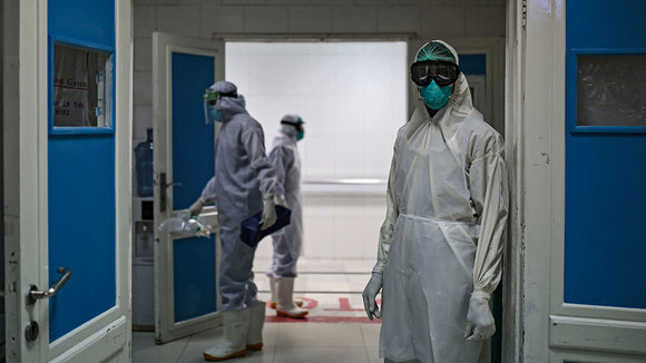 15 June 2020, Yemen, Sanaa: A medical worker wearing full protective gear stands at the gate of the intensive care unit of a hospital, where coronavirus (Covid-19) patients are treated. Photo: Hani Al-Ansi/dpa ONLY FOR USE IN SPAIN  15 June 2020, Yemen, Sanaa: A medical worker wearing full protective gear stands at the gate of the intensive care unit of a hospital, where coronavirus (Covid-19) patients are treated. Photo: Hani Al-Ansi/dpa  15/6/2020 ONLY FOR USE IN SPAIN