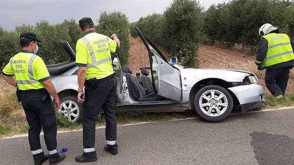 Agentes de la Guardia Civil junto al vehículo accidentado en Murchante - GUARDIA CIVIL