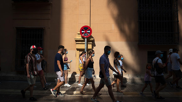 04 August 2020, Spain, Malaga: People are seen wearing face masks as a preventive measure against the Coronavirus (COVID-19), as they walk along a street in Malaga. Photo: Jesus Merida/SOPA Images via ZUMA Wire/dpa ONLY FOR USE IN SPAIN  04 August 2020, Spain, Malaga: People are seen wearing face masks as a preventive measure against the Coronavirus (COVID-19), as they walk along a street in Malaga. Photo: Jesus Merida/SOPA Images via ZUMA Wire/dpa  4/8/2020 ONLY FOR USE IN SPAIN