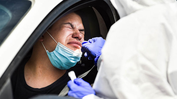 17 July 2020, US, Rock Island: A health worker takes a swab from a man in his car for coronavirus PCR tests at a coronavirus testing mobile facility in the parking lot of the QCCA Expo Center. Photo: Meg Mclaughlin/Dispatch Argus via ZUMA Wire/dpa ONLY FOR USE IN SPAIN  17 July 2020, US, Rock Island: A health worker takes a swab from a man in his car for coronavirus PCR tests at a coronavirus testing mobile facility in the parking lot of the QCCA Expo Center. Photo: Meg Mclaughlin/Dispatch Argus via ZUMA Wire/dpa  17/7/2020 ONLY FOR USE IN SPAIN