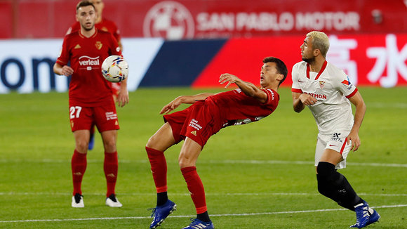 Osasuna's striker Ante Budimir (C) in action against Sevilla's midfielder Joan Jordan (R) during the Spanish LaLiga soccer match between Sevilla FC and CA Osasuna held at Sanchez Pizjuan stadium in Sevilla, southern Spain, 07 November 2020. EFE/ Jose Manuel Vidal
