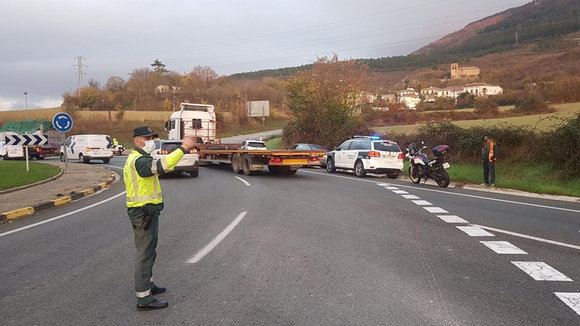 La Guardia Civil atiende un doble accidente en la ronda de Pamplona. CEDIDA