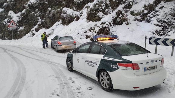 La Guardia Civil auxilia un vehículo en Ibañeta - GUARDIA CIVIL