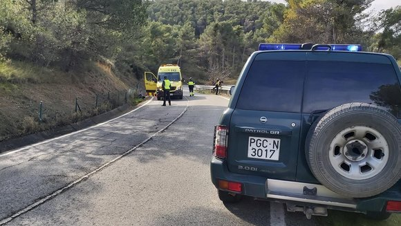 Una patrulla de la Guardia Civil atiende un accidente de motocicleta en la NA-534 - GUARDIA CIVIL