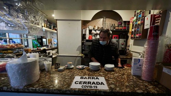 Un camarero en el interior de un bar prepara cafés en Pamplona. ARCHIVO / EUROPA PRESS