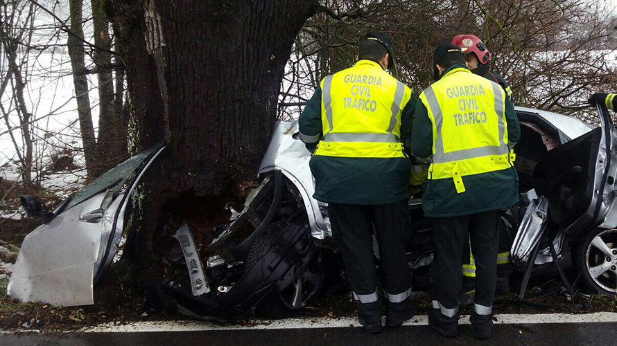 Dos agentes de la Guardia Civil en el lugar del accidente en Garralda