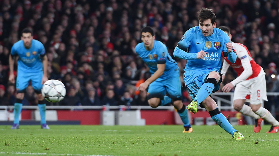 Messi anota el 0-2 de penalti frente al Arsenal.