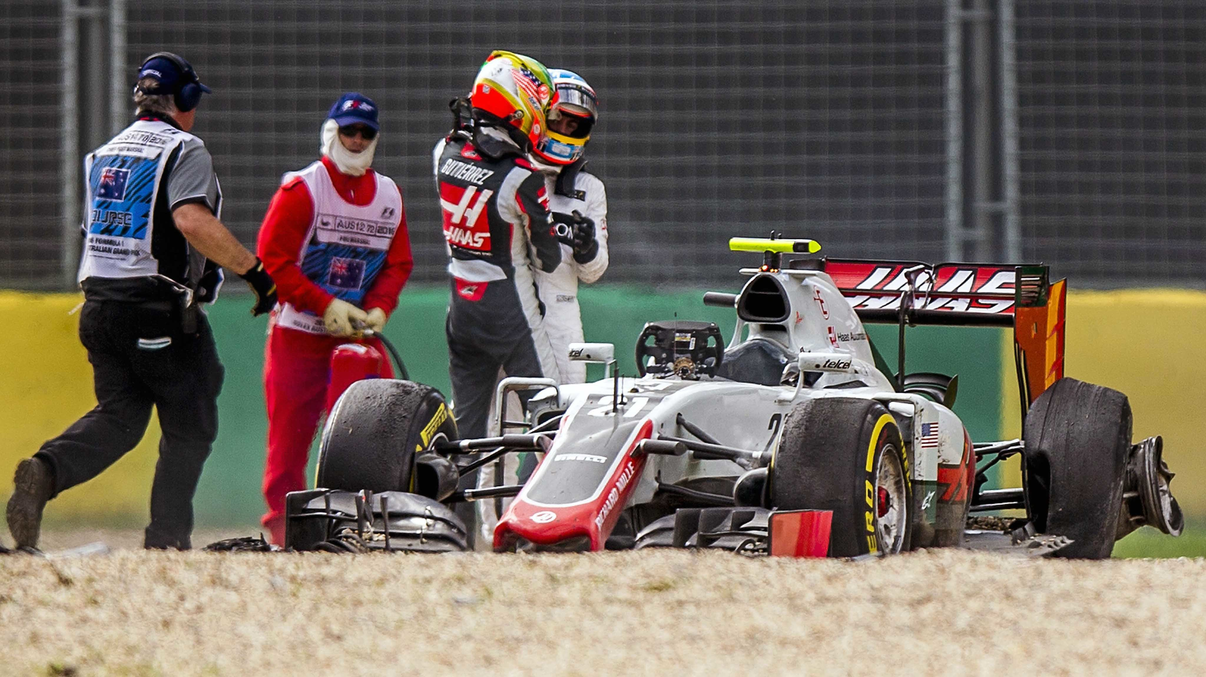 SUKI006. Melbourne (Australia), 20/03/2016.- Spanish Formula One driver Fernando Alonso (R) of McLaren-Honda and Mexican Formula One driver Esteban Gutierrez (2-R) of Haas F1 Team after a crash during the Australian Formula One Grand Prix at the Albe
