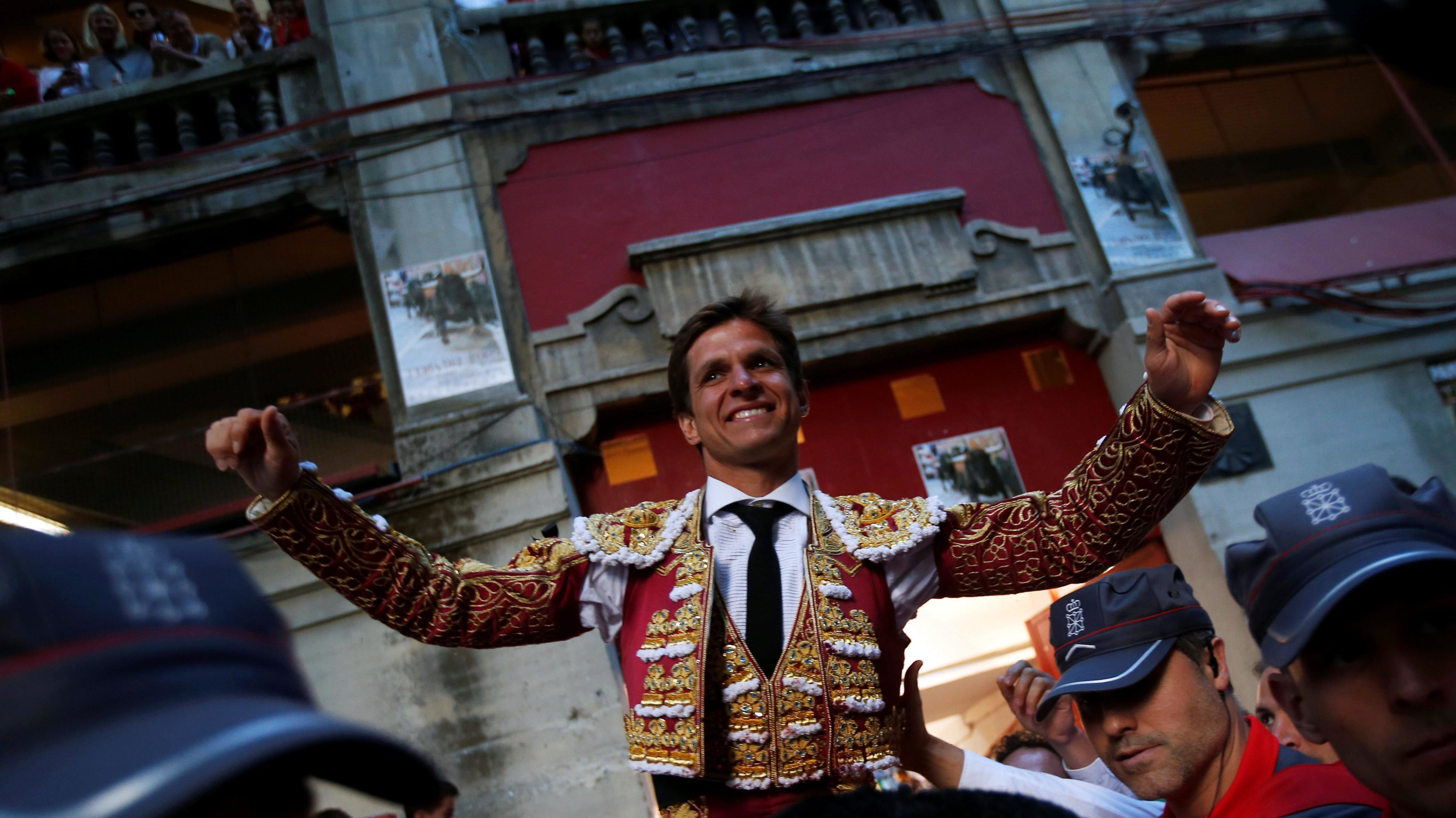 "Spanish bullfighter Julian Lopez ""El Juli"" leaves the bullring on the shoulders of supporters after his good performance with the bulls at the end of a bullfight during the San Fermin Festival in Pamplona, northern Spain, July 12, 2016. REUTERS/Susana VeraCODE: X01622"