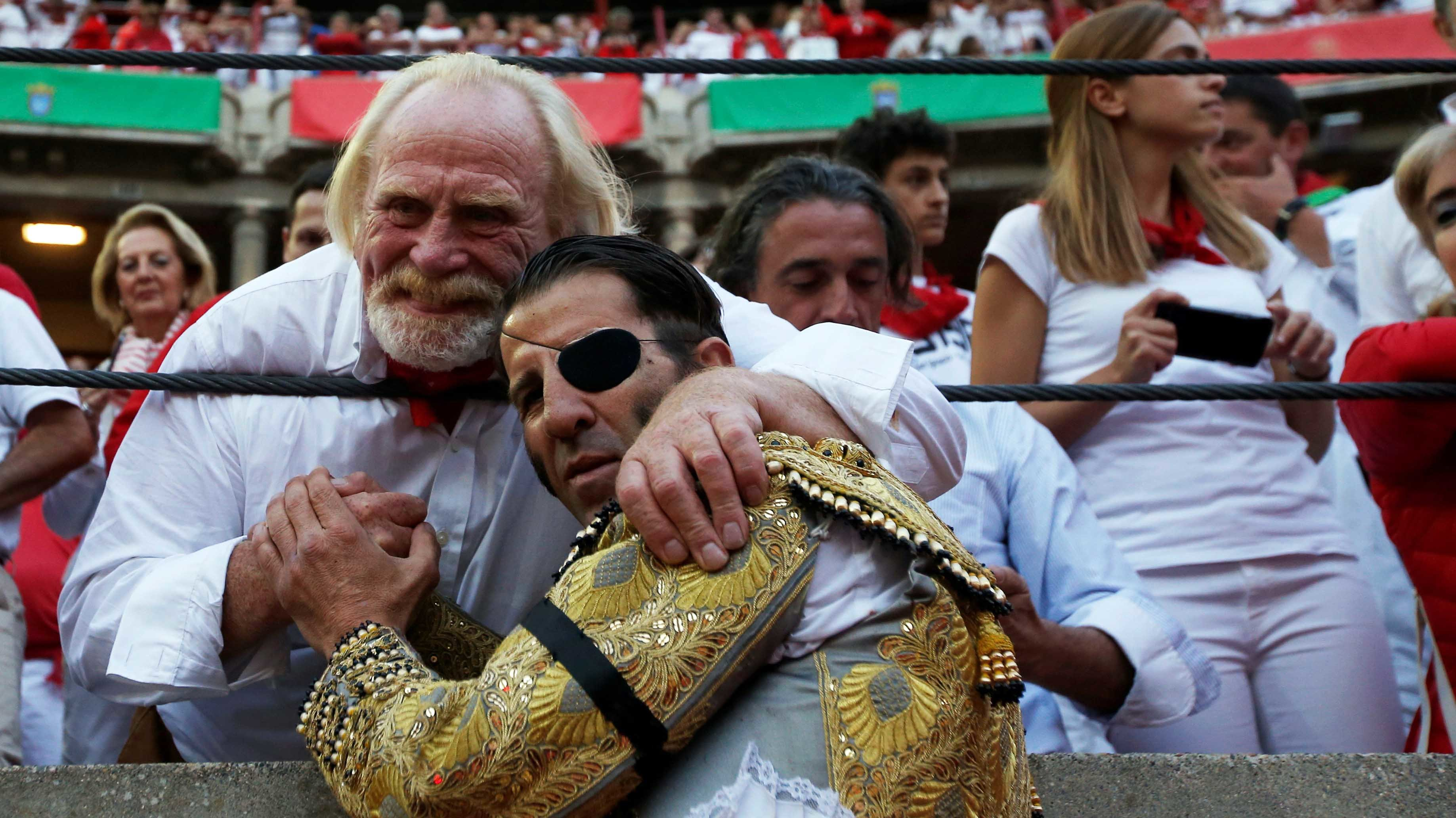 Spanish bullfighter Juan Jose Padilla poses for a picture with actor James Cosmo at the end of a bullfight at the San Fermin Festival in Pamplona, northern Spain, July 12, 2016. REUTERS/Susana VeraCODE: X01622