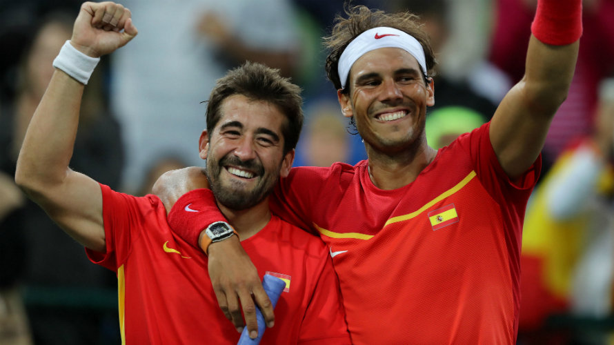 Rafael Nadal (R) and Marc Lopez (L) of Spain celebrate on the medal stand after winning the gold medal in theRio 2016 Olympic Games Men's Doubles at the Olympic Tennis Centre in the Olympic Park in Rio de Janeiro, Brazil, 12 August 2016. (España