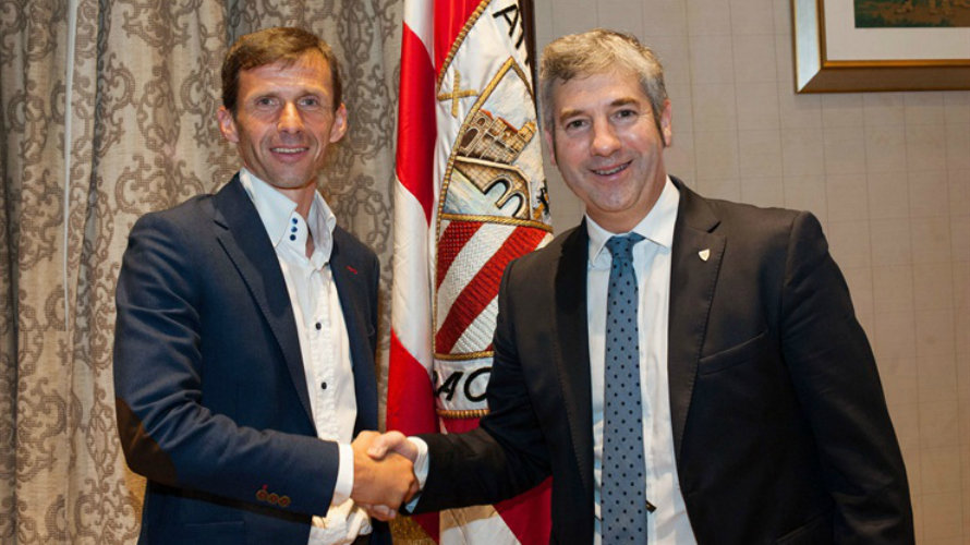 Ziganda y Urrutia se dan la mano. Foto web Athletic Club.