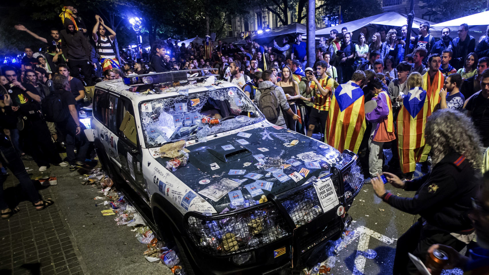 Un coche de la Guardia Civil atacado por los independentistas catalanes. EFE