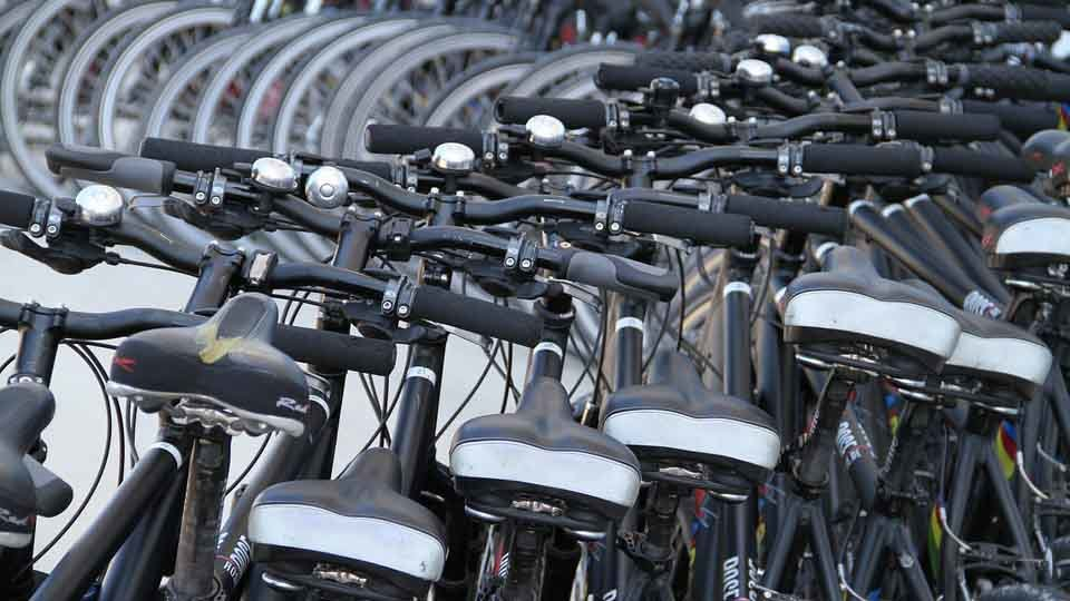 Varias bicicletas en un parking. ARCHIVO.