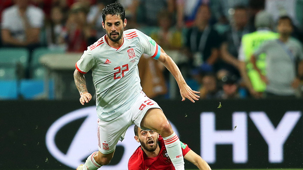 Sochi (Russian Federation), 15/06/2018.- Bernardo Silva (R) of Portugal in action against Isco (L) of Spain during the FIFA World Cup 2018 group B preliminary round soccer match between Portugal and Spain in Sochi, Russia, 15 June 2018. The match ended 3-3.