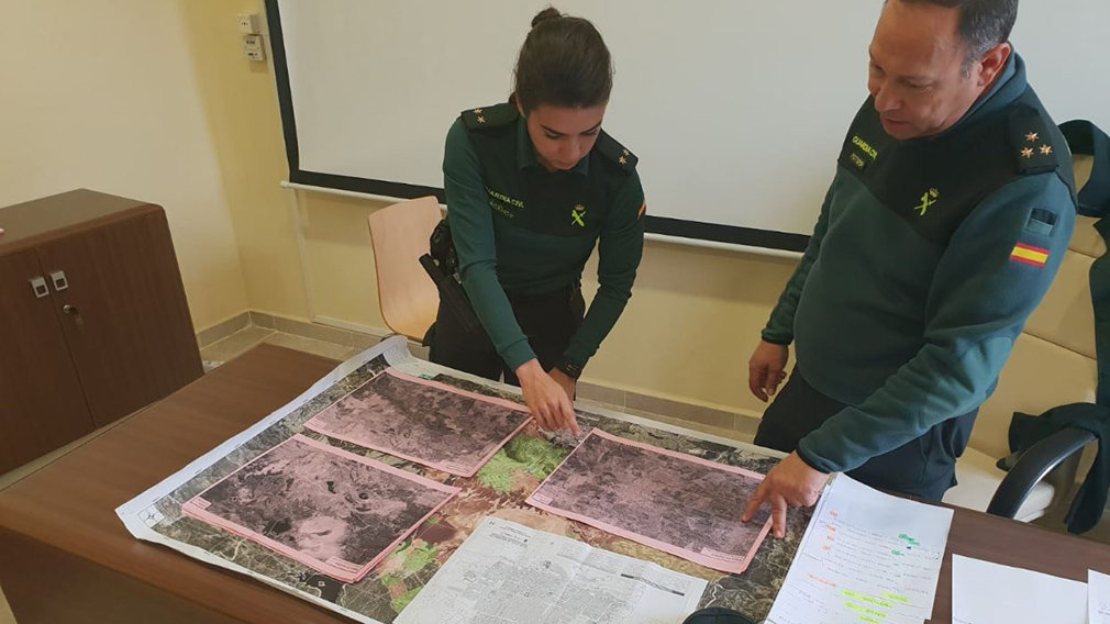 Dos miembros de la Guardia Civil observan varios mapas de la desaparición. GUARDIA CIVIL