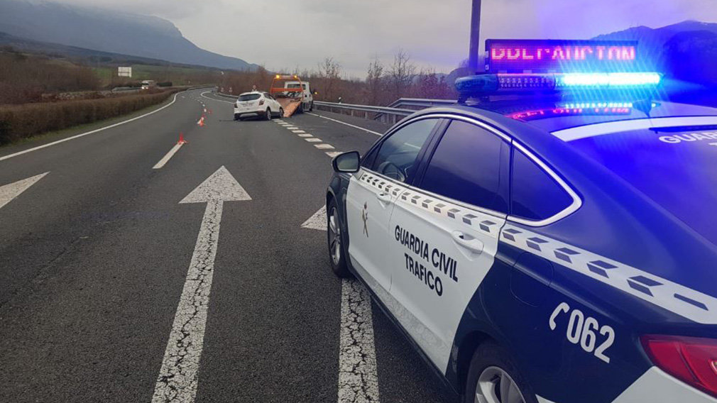 Imagen de una intervención de la Guardia Civil en un accidente de tráfico en Navarra. GUARDIA CIVIL
