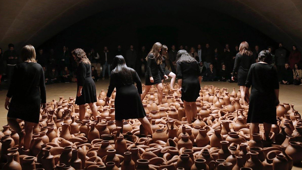Trabajadoras de Bodega Otazu, durante una performance de Artweekend de Fundación Otazu. EUROPA PRESS