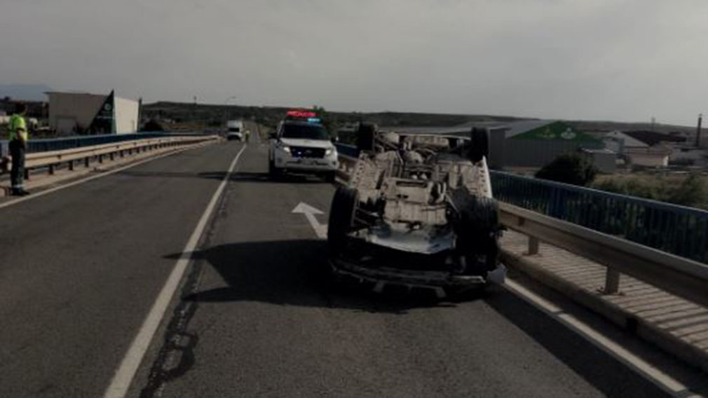 Accidente con un coche volcado en la N-113, cerca de Castejón. GUARDIA CIVIL