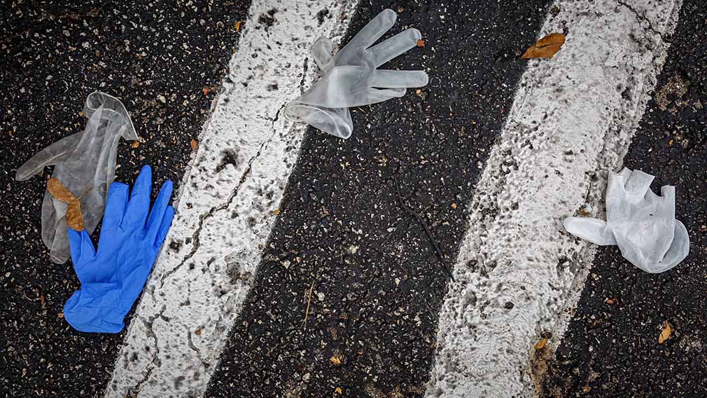 03 April 2020, US, Palm Beach County: Gloves are thrown on the floor at a parking lot amid the spread of the coronavirus pandemic. Photo: Thomas Cordy/Palm Beach Post via ZUMA Wire/dpa ONLY FOR USE IN SPAIN  03 April 2020, US, Palm Beach County: Gloves are thrown on the floor at a parking lot amid the spread of the coronavirus pandemic. Photo: Thomas Cordy/Palm Beach Post via ZUMA Wire/dpa  3/4/2020 ONLY FOR USE IN SPAIN