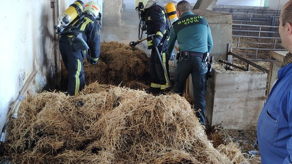La Guardia Civil sofoca un incendio en una granja de Cadreita. GUARDIA CIVIL