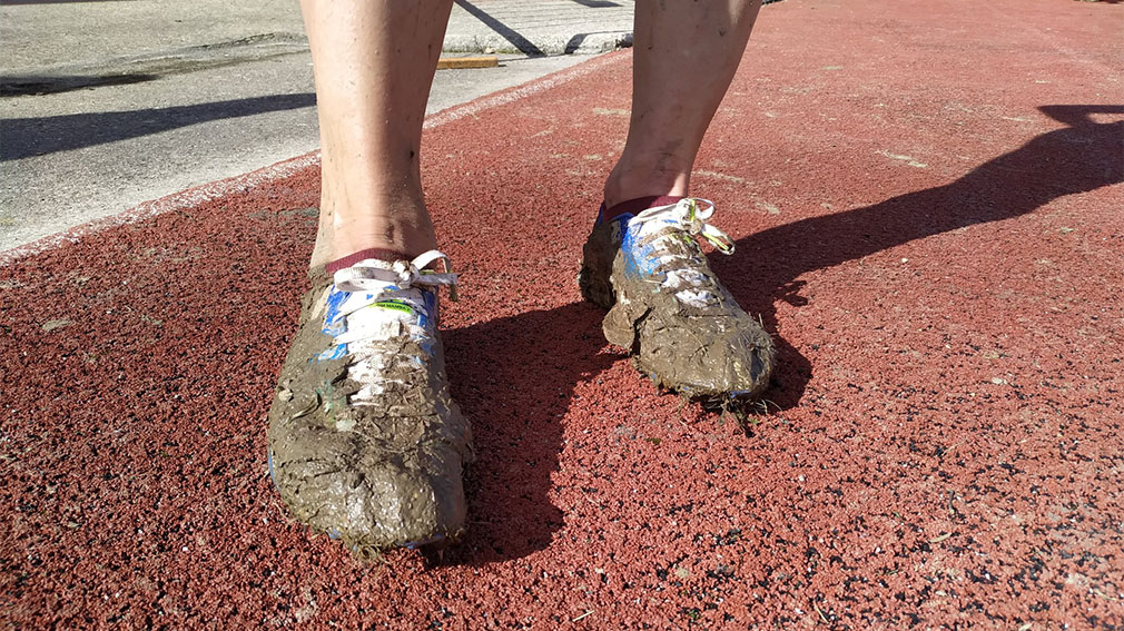 Zapatillas con barro después de la carrera de cross en Alsasua. @atletismoFNAF.
