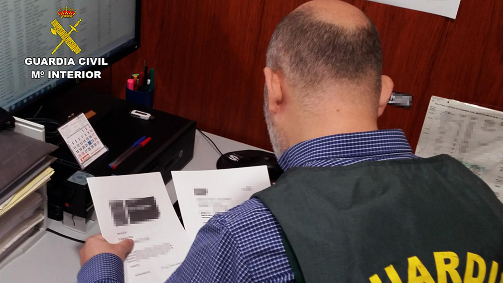 Un agente de la Guardia Civil, durante la investigación. GUARDIA CIVIL